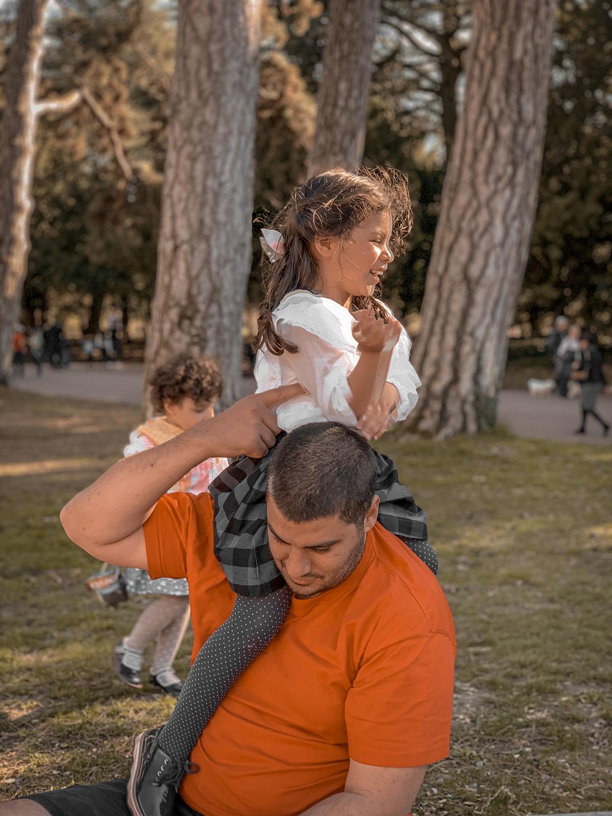 Papa fait des guilis à sa fille