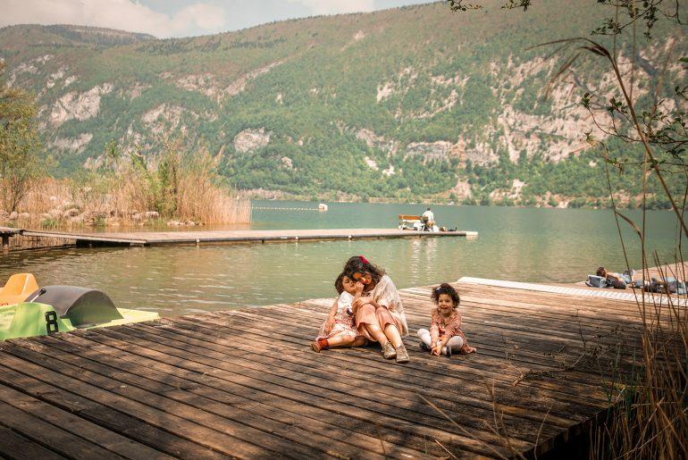 Mère et filles, Aiguebelette le lac