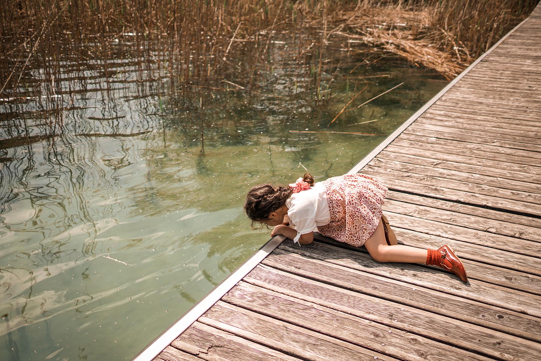 Aiguebelette le lac, Romy se penche pour se rafraîchir