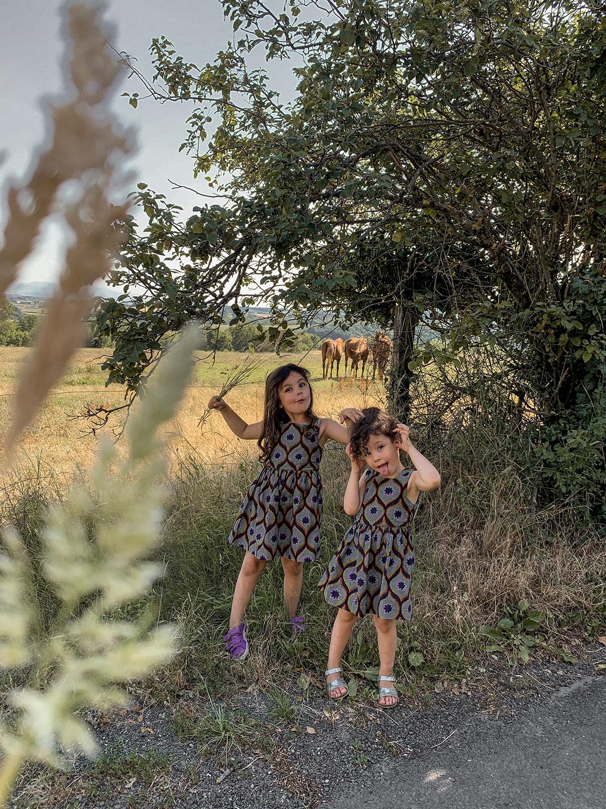 2 soeurs habillées en wax à la campagne, after school