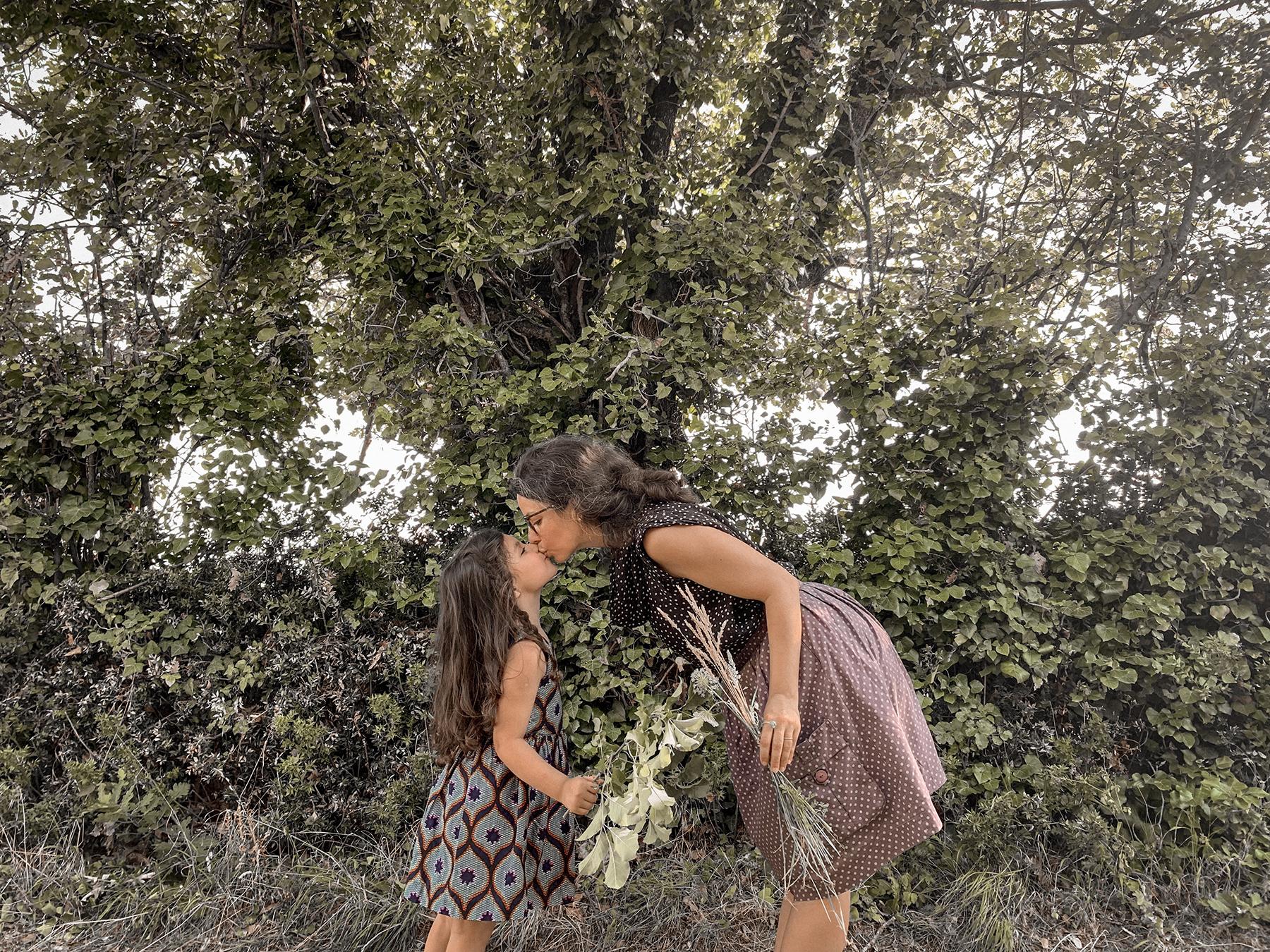 Bisou entre mère et fille