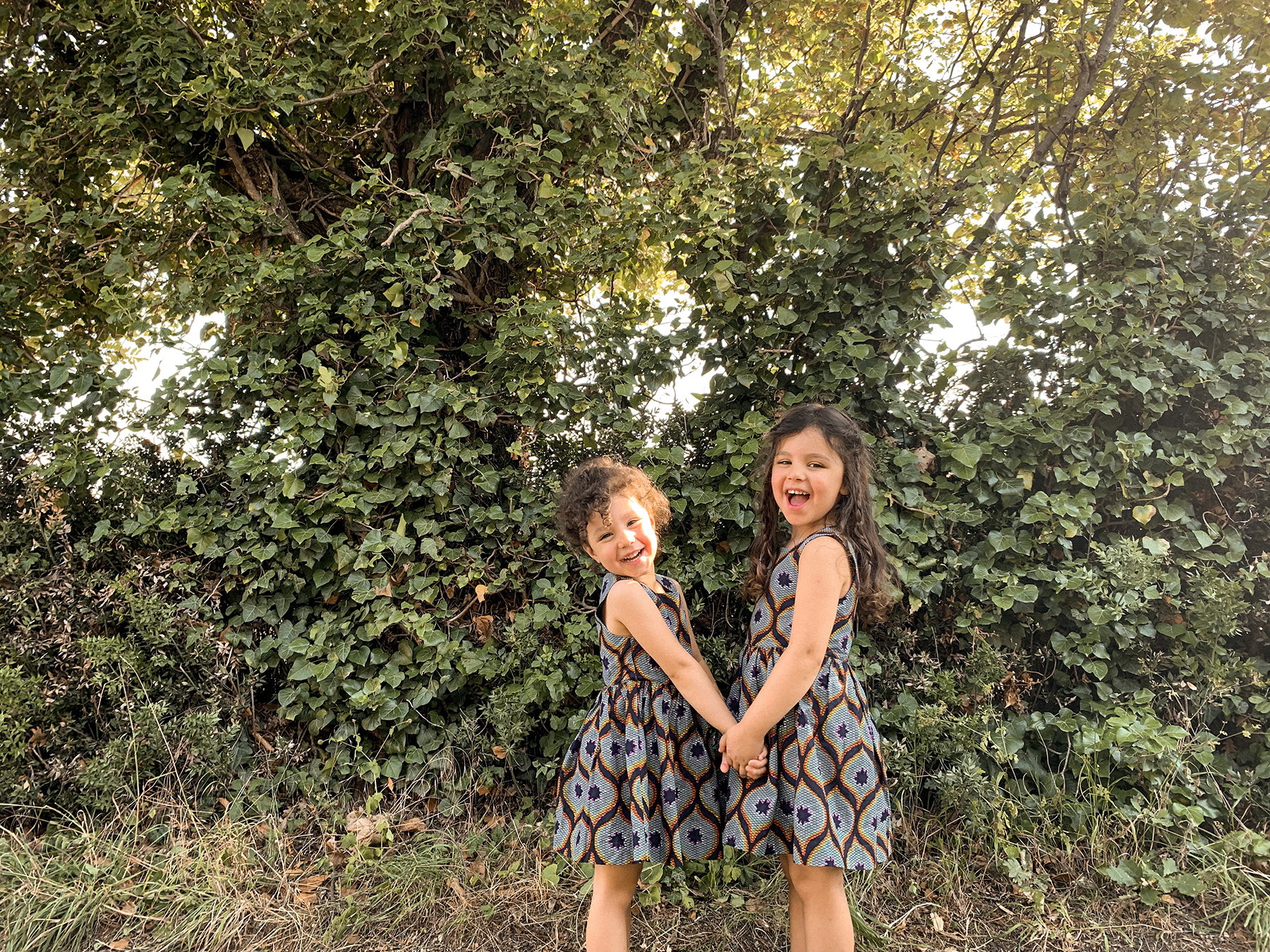2 soeurs habillées en wax, à la campagne après l'école