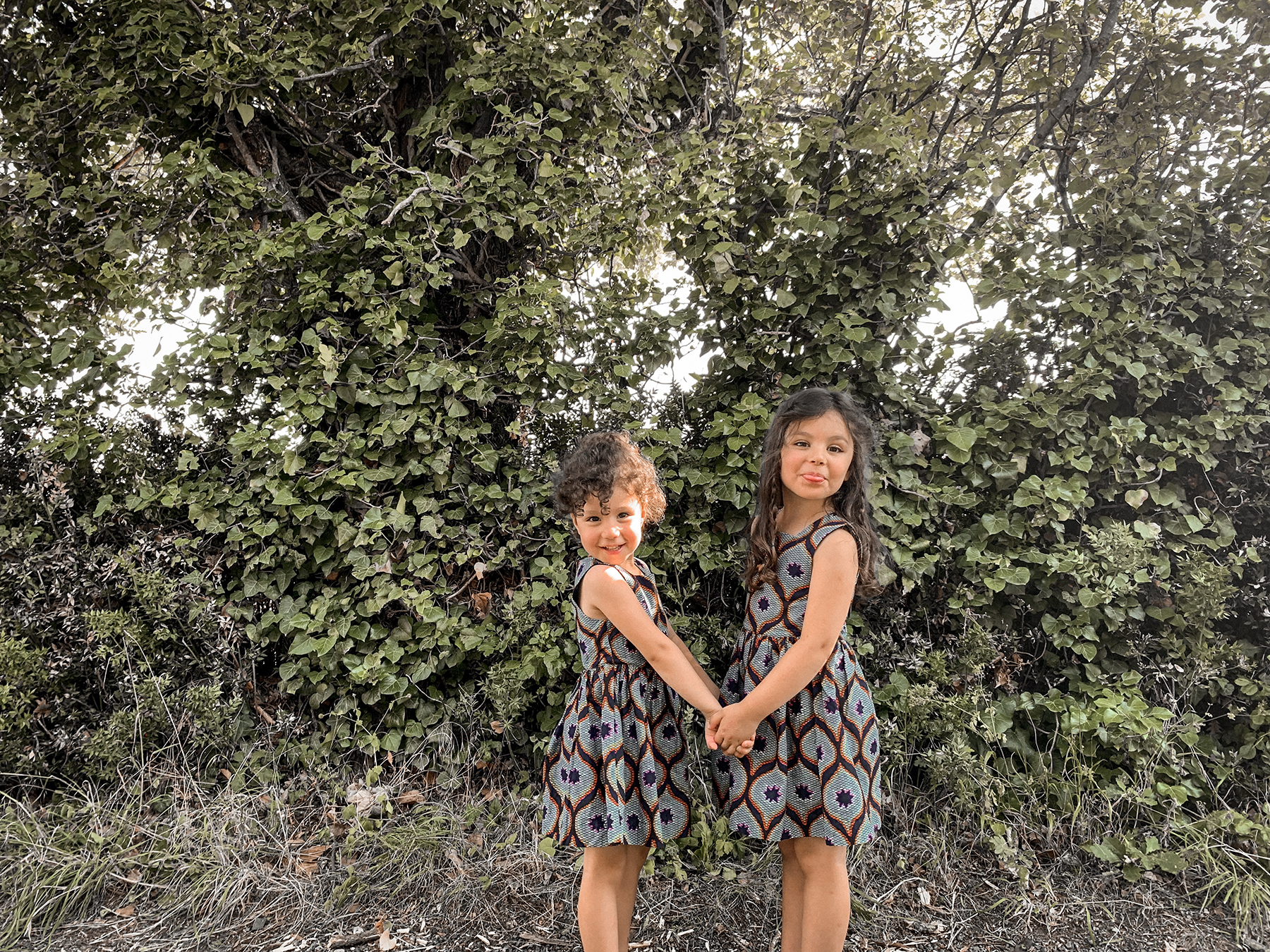 2 soeurs habillées en wax, à la campagne after school