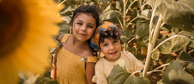 Campagne, 2 petites filles au milieu des champs de tournesols