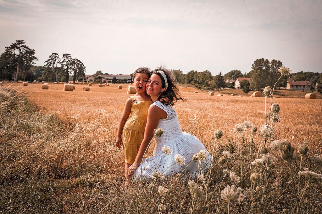 Mère et fille à la campagne