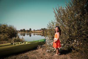 Etang de Louvarel, Saône et Loire, petite fille au bouquet à la campagne