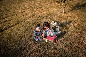 Enfants qui jouent dans le jardin de campagne