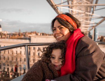 Lyon, mère et fille sur la grand roue de la place Bellecour