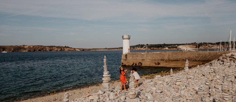 Romy et Liv, plage de galets et phare, Camaret sur Mer