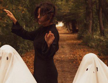 Des idées pour la Toussaint ? Une maman et ses 2 fantômes en forêt à l'automne