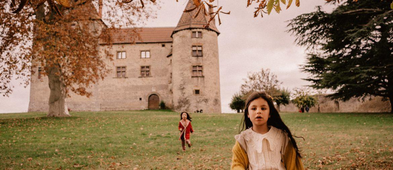 Les enfants jouent au château de Septème pour Halloween