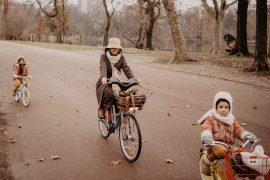 A bicyclette au parc de la Tête d'Or, mère, filles